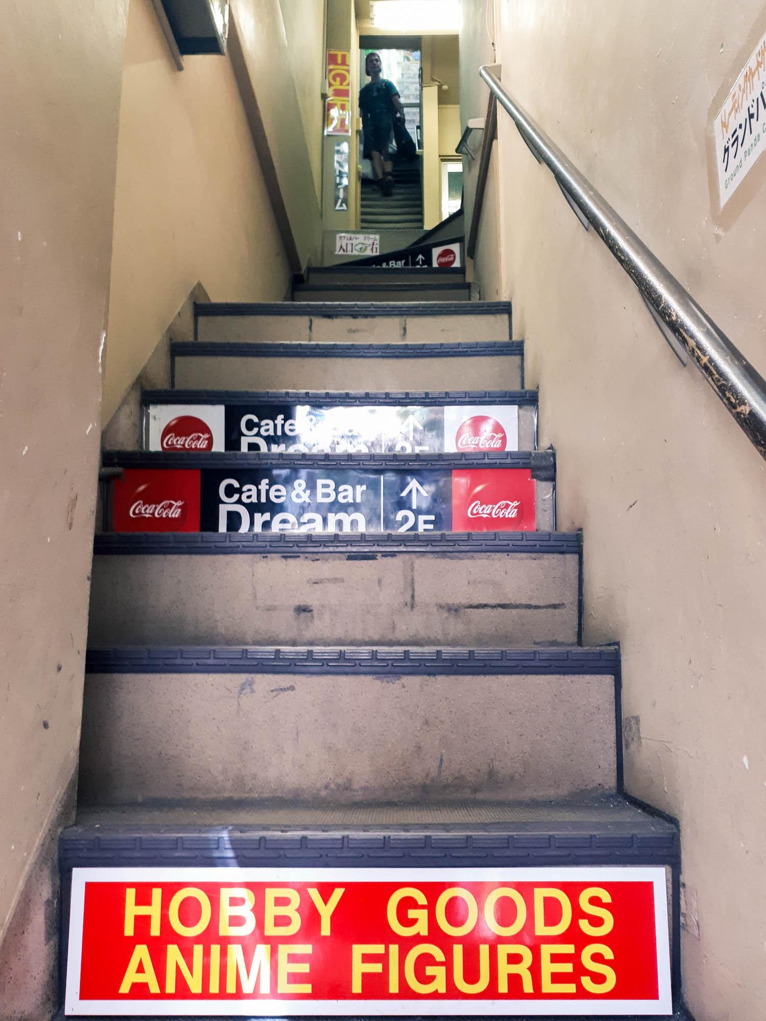 1er pallier d'escalier pour atteindre la boutique de figurines