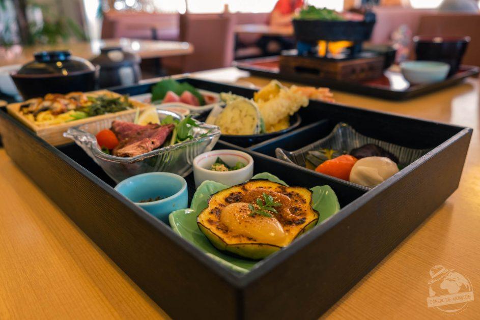 Bento la boîte-repas japonaise qui contient des aliments respectant la loi des 5. Coeur de nomade adore!