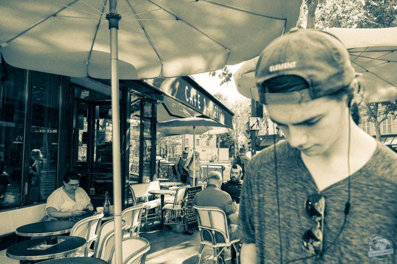 Jérémy près d'un café français